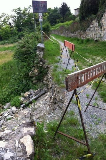 Mozzo, Via Bagnada: crolla il muro « Mozzo News