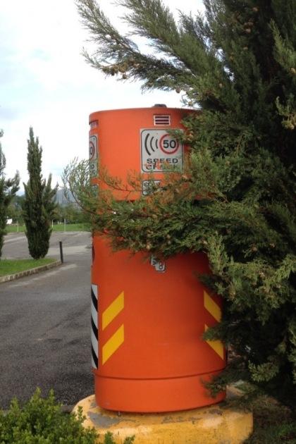 Valbrembo: la foto curiosa di uno Speed Check nascosto….. « Valbrembo News